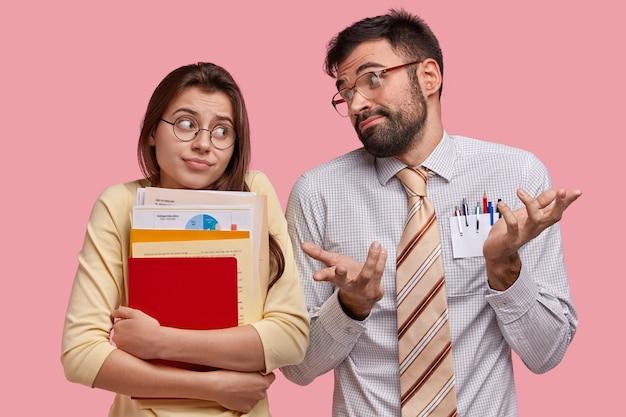 Leerlingen van de middelbare school hebben geen idee van uitdrukkingen, kijken elkaar twijfelend aan, kunnen niet beslissen over welk onderwerp ze cursuspapier moeten voorbereiden, staan naast elkaar