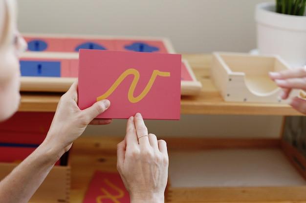 Leermateriaal in een montessori-methodologieschool die door kinderen wordt gemanipuleerd