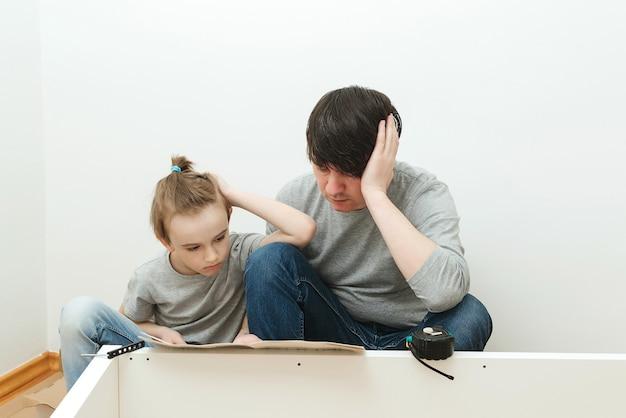 Leesinstructie voor vader en kind voor meubelmontage