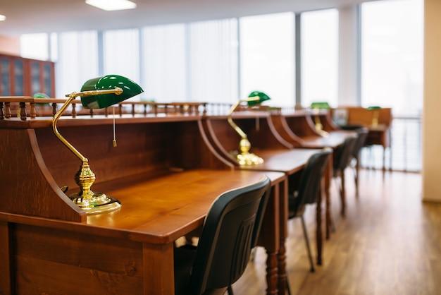 Leeszaal, rijen tafels in de universiteitsbibliotheek