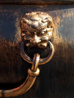 Leeuwhandvat op een bronsurn bij de verboden stad, peking, china