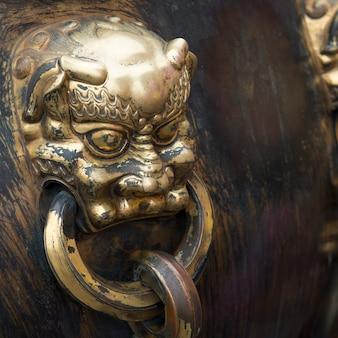 Leeuwhandvat op een bronsurn bij de verboden stad, xicheng-district, peking, china