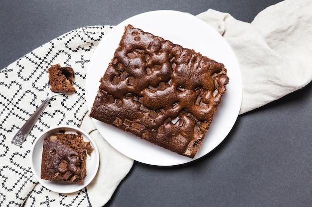 Leg chocoladecake op een doek plat