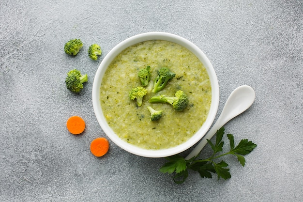 Leg de broccoli en de wortelsoep plat