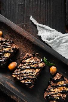 Leg de chocolade-noten brownies plat op dienblad