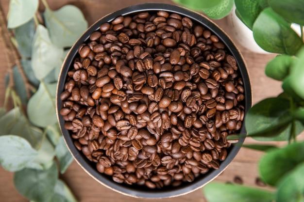 Leg de koffiebonen plat in een kom