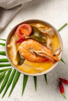 Leg de soep plat in een kom met garnalen