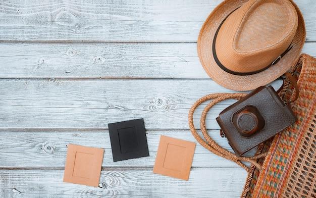 Leg een plat witte houten achtergrond, vintage zomeraccessoires, vintage filmcamera, bewaar herinneringen aan de zomer. afbeeldingen in frames