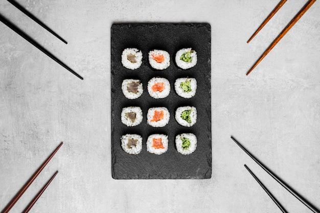 Leg heerlijke sushi aan boord Gratis Foto