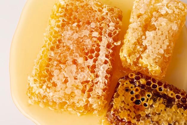 Leg honingraten plat op honing