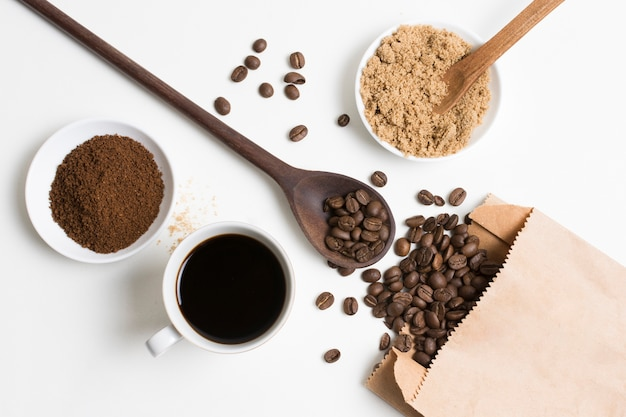 Leg koffiebonen en poeder plat neer