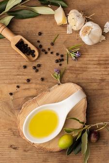 Leg olijfolie, knoflook en peper plat neer