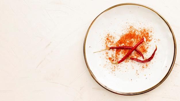 Leg paprika's plat in een bord met kopie-ruimte