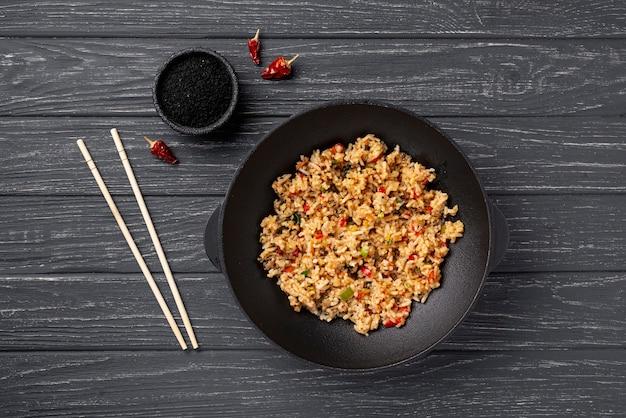 Leg rijst en groenten plat op plaat