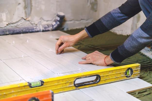 Leg tegels op de vloer in huis. selectieve aandacht.