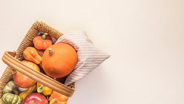 Leg voedsel in de herfst in picknickmand