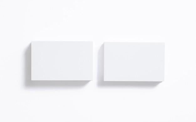 Lege adreskaartjesstapel die op wit wordt geïsoleerd. duidelijk sjabloon om uw presentatie te presenteren.