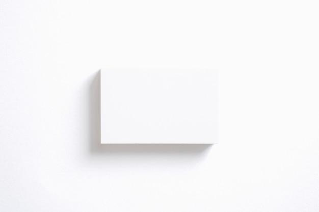 Lege adreskaartjesstapel die op wit wordt geïsoleerd.