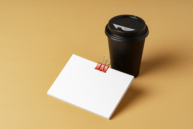 Lege afhaalmaaltijden koffiekopje en witte visitekaartjes