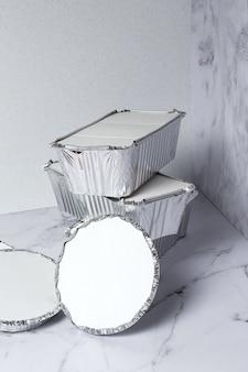 Lege aluminium voedselcontainers om mee te nemen. recycling concept