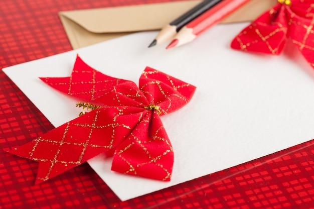 Lege ambachtelijke envelop op rood