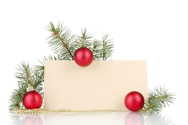 Lege ansichtkaart, kerstballen en dennenboom geïsoleerd op wit