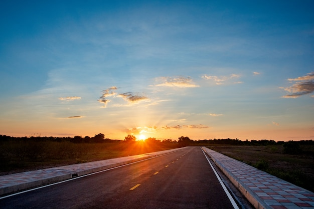 Lege asfaltweg blauwe hemel en zonsondergang backgroung met kopie ruimte