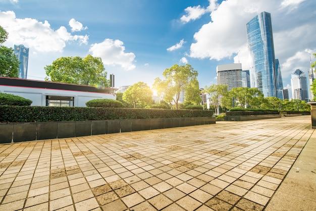 Lege asfaltweg en moderne gebouwen in nanchang