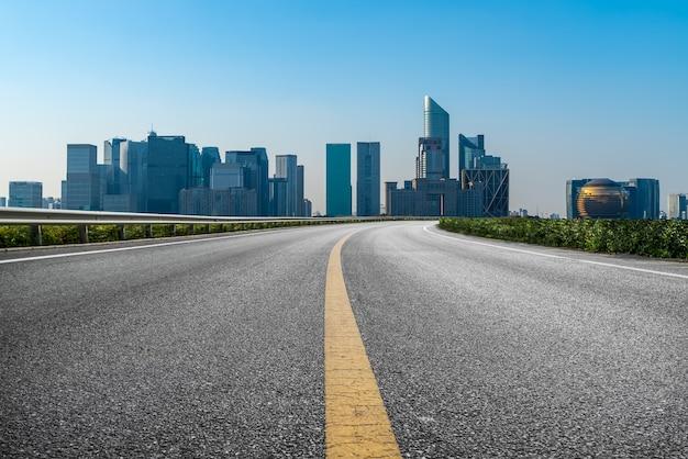 Lege asfaltweg en skyline van de stad en de bouw van landschap, china.