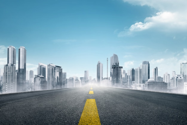 Lege asfaltweg naar moderne stad