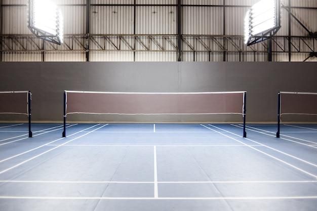 Lege badmintonbaan met spotlicht