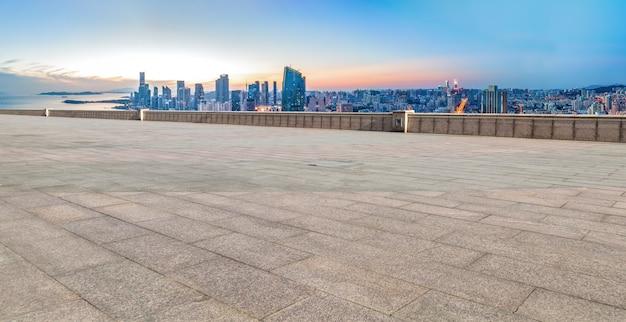 Lege bakstenen vloer met de skyline van de stad achtergrond
