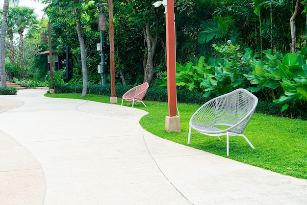 Lege bankdecoratie in tuinpark