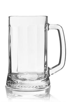Lege bierpul geïsoleerd op witte achtergrond