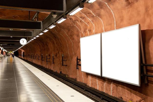Lege billboard mock up van metro voor sms-bericht of inhoud.