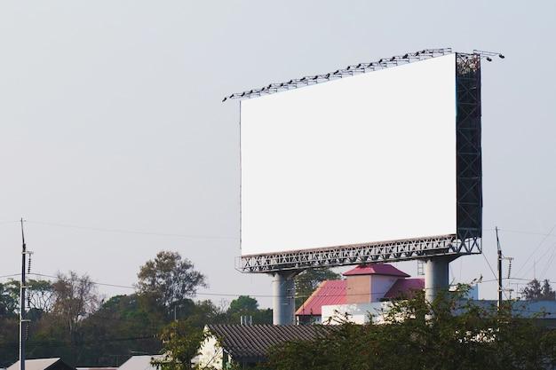 Lege billboards in de stad met blauwe hemelachtergrond