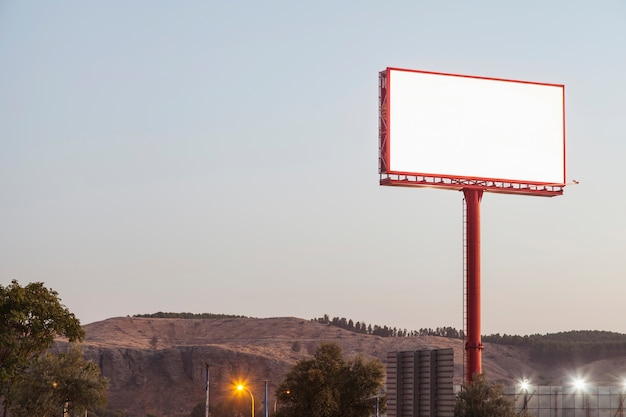 Lege billboards voor buitenreclame in de buurt van de bergen