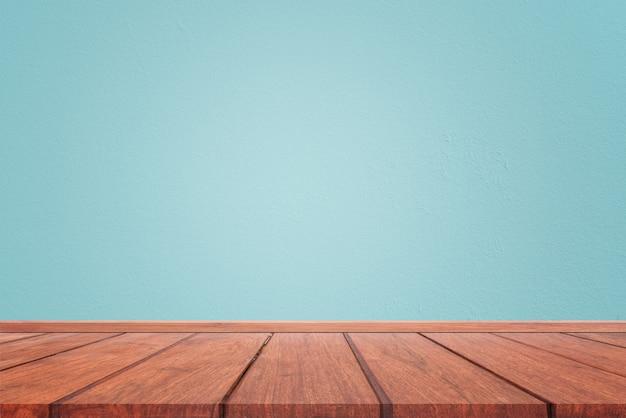 Lege binnenlandse ruimte met de lichtblauwe textuur van de cementmuur en bruine houten vloerachtergrond. concept interieur vintage stijl