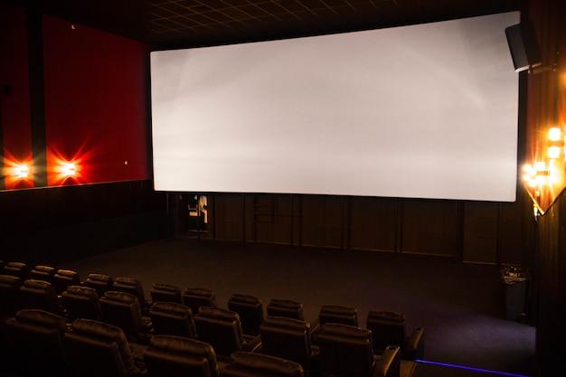 Lege bioscoop, zachte stoelen vóór de première