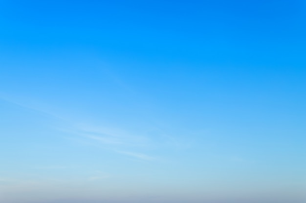 Lege blauwe hemeltextuur als achtergrond met witte wolken.