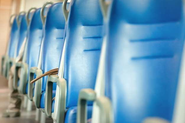 Lege blauwe stoelen in europese moderne trein