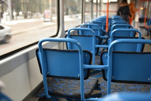 Lege blauwe stoelen op lege tram, riga, letland.