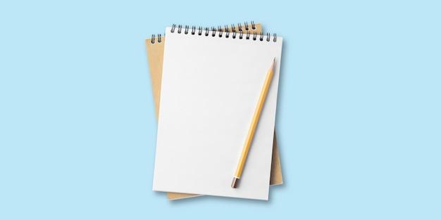 Lege blocnote, spiraalvormige blocnote op tafel, takenlijst, plat lag potlood met notitieboekje