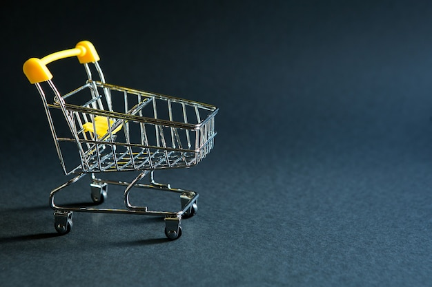 Lege boodschappenkar uit een supermarkt