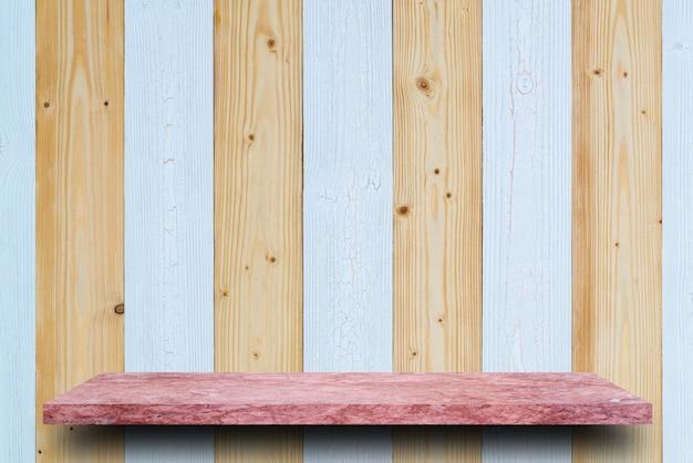 Lege bovenkant van marmeren steenlijst aangaande de houten achtergrond van de plankmuur. voor productweergave