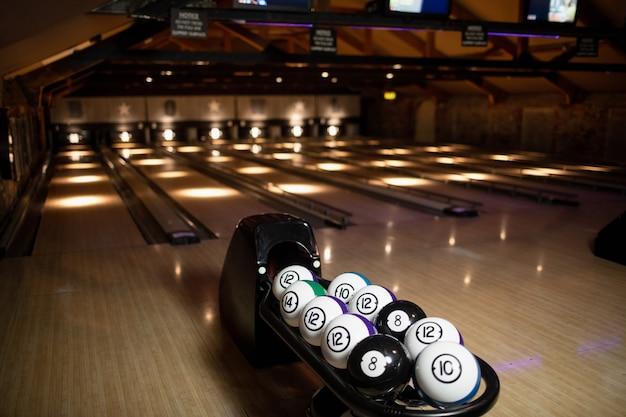Lege bowlingbaan met bowlingballen