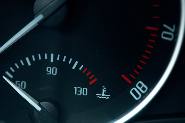 Lege brandstofmeter waarschuwingslampje in autodashboard