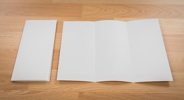 Lege brief naast een envelop