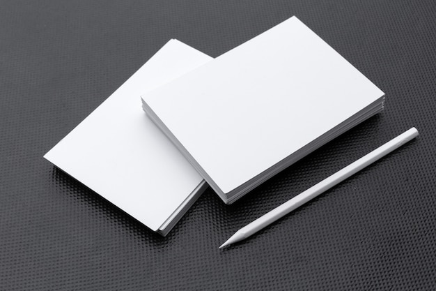 Lege briefpapier sjabloon op zwart.