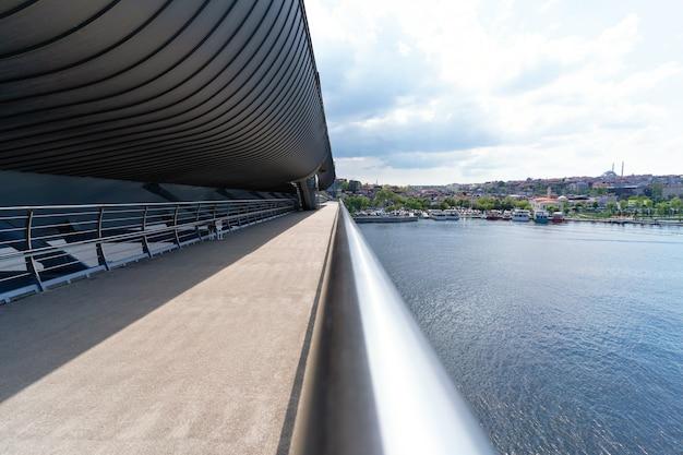 Lege brug met blauwe lucht in zonnige dag en uitzicht op de stad